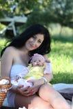 Piquenique da mãe e da filha imagens de stock royalty free