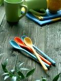 Piquenique, dishware da cor em de madeira Imagens de Stock Royalty Free