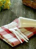 Piquenique, dishware plástico e guardanapo em de madeira Fotografia de Stock Royalty Free
