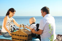 Piquenique feliz da família Fotografia de Stock Royalty Free