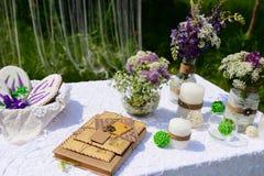 Piquenique no parque Flores do lupine, velas e letras azuis, decoração bonita O pão-de-espécie coze imagens de stock royalty free
