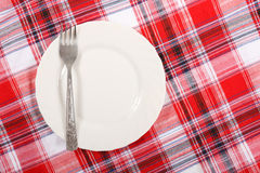 Piquenique. placa no tablecloth Imagens de Stock Royalty Free