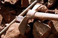 Piqueta y rocas imagenes de archivo