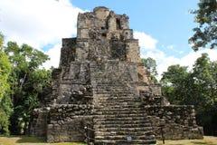Pirámide antigua en una ciudad arruinada maya en Quintana Roo, México imagenes de archivo