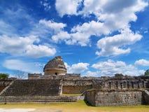 Pirámide antigua y el observatorio del maya foto de archivo