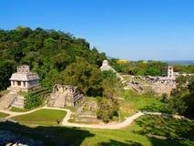 Pirámide antigua y la torre del maya fotos de archivo