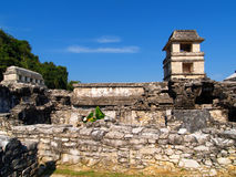 Pirámide antigua y la torre del maya imagen de archivo
