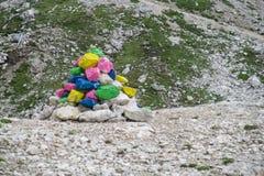 Pirámide coloreada de las piedras en paso de montaña Imagenes de archivo
