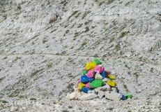 Pirámide coloreada de las piedras en paso de montaña Fotos de archivo
