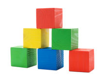 Pirámide constructiva coloreada de madera de cubos Foto de archivo