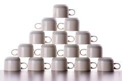 Pirámide cuidadosamente apilada de las tazas de café de sequía Foto de archivo