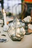 Pirámide de cristal decorativa con el contraluz Foto de archivo