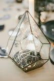 Pirámide de cristal decorativa con el contraluz Fotografía de archivo libre de regalías