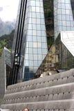 Pirámide de cristal reflectora moderna (detalle) fotos de archivo