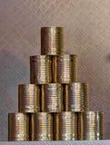 Pirámide de diez latas sin la banderola, que se ponen juntas en la feria para formar una pirámide que se plegará foto de archivo