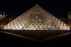 Pirámide de la lumbrera, París, Francia foto de archivo libre de regalías