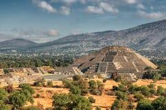 Pirámide de la luna y del camino de la muerte en Teotihuacan Imagen de archivo libre de regalías