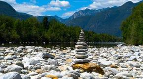 Pirámide de la piedra en el lago Imágenes de archivo libres de regalías