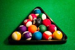 Pirámide de las bolas de billar de la piscina en la tabla Fotos de archivo libres de regalías