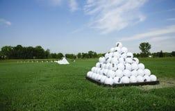 Pirámide de las pelotas de golf en la te de la práctica Fotos de archivo