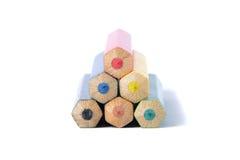 Pirámide de los lápices del color sobre blanco Fotos de archivo libres de regalías