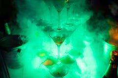 Pirámide de los vidrios de Martini con nitrógeno líquido; Fotos de archivo libres de regalías