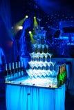 Pirámide de los vidrios de martini que sorprende para el alcohol; Imagenes de archivo