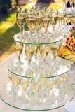 Pirámide de los vidrios del champán durante el abastecimiento en Foto de archivo libre de regalías