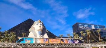 Pirámide de Luxor, esfinge y tranvía del monorrail Imágenes de archivo libres de regalías