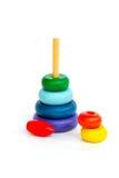 Pirámide de madera multicolora del juguete de los niños aislada en la parte posterior del blanco Foto de archivo libre de regalías