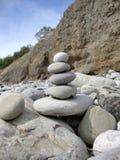 Pirámide de piedra en la costa imagen de archivo