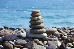 Pirámide de piedra en una costa Imágenes de archivo libres de regalías