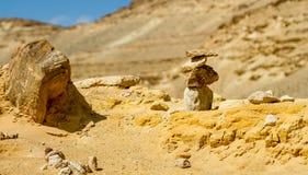 Pirámide de piedras ásperas en primero plano en desierto del Néguev Foto de archivo