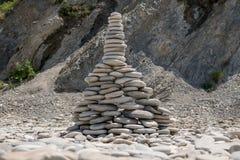 Pirámide de piedras del mar, Olginka, Rusia Foto de archivo libre de regalías
