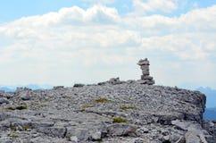 Pirámide de piedras en la estabilidad de la ladera fotos de archivo