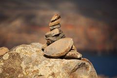 Pirámide de piedras marrones viejas Imagenes de archivo