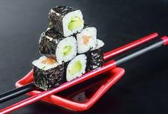 Pirámide de rollos en los palillos para el sush Imagen de archivo libre de regalías