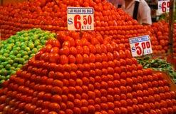 Pirámide de tomates rojos brillantes Fotos de archivo