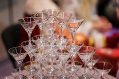Pirámide de vidrios, aún vacía, para las bebidas, vino, champán, humor festivo, celebración Foto de archivo libre de regalías