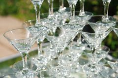 Pirámide de vidrios de champán Colina de cristal vacía fotos de archivo