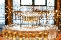 Pirámide de vidrios con champán o el vino blanco en el abastecimiento del evento Foto de archivo libre de regalías