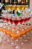 Pirámide de vidrios con las bebidas Imagenes de archivo