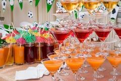 Pirámide de vidrios con las bebidas Fotos de archivo