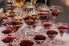 Pirámide de vidrios con las bebidas, vino, champán, humor festivo, celebración, día de fiesta Imagenes de archivo