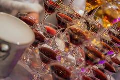 Pirámide de vidrios con las bebidas, vino, champán, humor festivo, día de fiesta, celebración, diagonal Fotografía de archivo libre de regalías