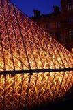 Pirámide del Louvre en la noche Imagenes de archivo