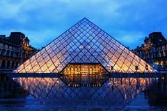 Pirámide del Louvre en noche lluviosa Imagen de archivo libre de regalías