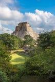 Pirámide del mago en Uxmal, Yucatán, México imagenes de archivo