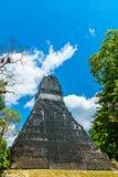 Pirámide del maya en la selva tropical por Tikal Imágenes de archivo libres de regalías