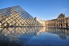 Pirámide del museo de la lumbrera en París Francia fotos de archivo libres de regalías